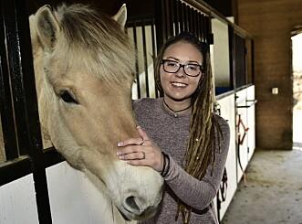 GLAD I DYR: Beatrice Fjell har vokst opp med hester, og driver i dag et smårbruk som hun leier. Foto: Lars Eivind Bones / Dagbladet