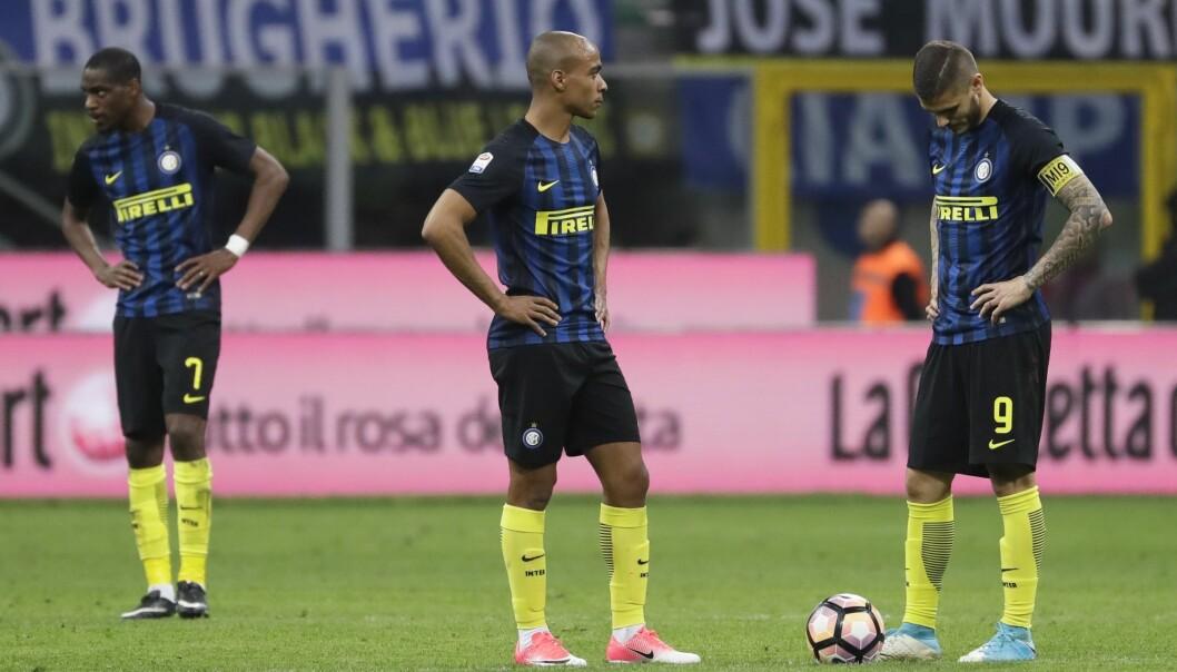 <strong>SKUFFELSE:</strong> Inter-spillerne deppet etter 1-2-tapet. Foto: Antonio Calanni / AP / NTB scanpix