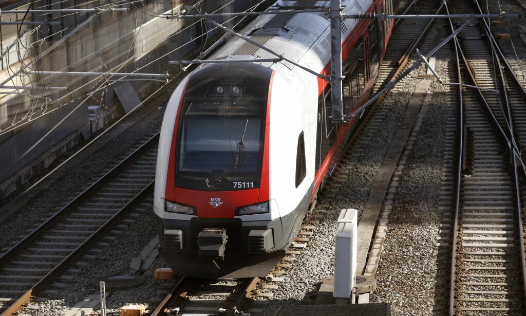 FORSINKELSER: Problemer med signalanlegget på Nationaltheatret stasjon i Oslo fører til både forsinkelser og innstillinger i togtrafikken fredag morgen. Foto: Terje Bendiksby / NTB Scanpix