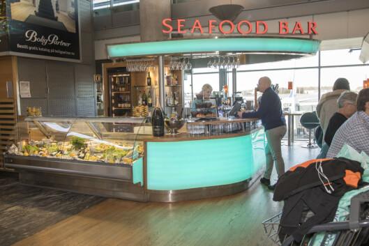 Seafood bar holder også stand en stund til.