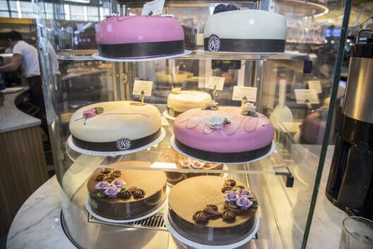 ... eller du kan kjøpe med deg en hel kake (!)