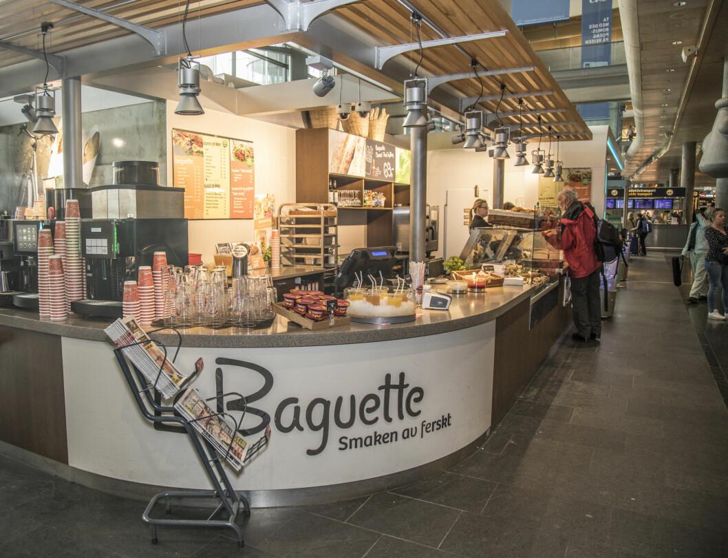 La Baguette får bli i ankomsthallen, men flyttes til en ny food court til høsten.