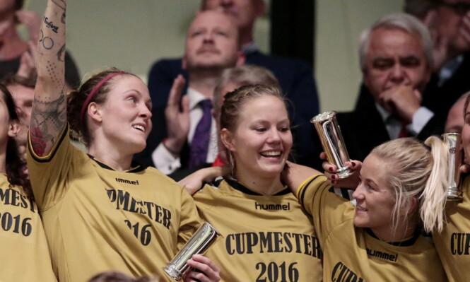 <strong>ALLE BORTE:</strong> Lene Mykjåland (t.h.), Marita Skammelsrud Lund, Isabell Lehn Herlovsen fra LSK Kvinner feiret med kongepokalen etter seier mot Røa i cupfinalen i fjor. Nå er alle borte fra LSK. Foto: Lise Åserud / NTB scanpix