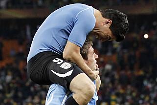 STJERNEJUBEL: Luis Suarez omfavnet Rosenborg-floppen Sebastian Eguren etter at Uruguay tok seg til VM-semifinalen i 2010. Foto: NTB Scanpix