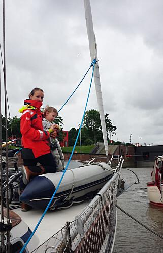 UT PÅ EVENTYR: Mamma Camilla og Troy venter spent på at slusene i Kiel skal åpne seg.