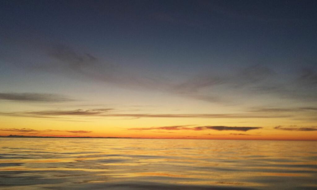 SOLNEDGANG: Havet kan være vakkert, og en seiltur gir deg tid til å reflektere over det.
