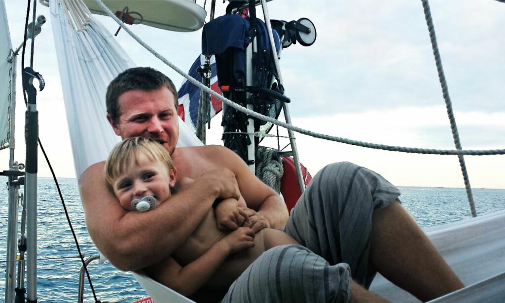 KOS I HENGEKØYA: Pappa og Troy koser seg på en av krysnngene. Det er deilig å kunne være en familie 24/7.