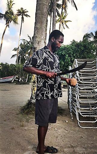 KOKOSFRIK: Alfa sparer til sin egen båt, slik at han kan selge Coccoloco til båtene som er ankret opp i bukta. Hvis han kan selge drinken sin, kan han tjene nok til å få foreldreretten til sin tre år gamle datter.