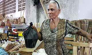 PRIVAT NÆRINGSLIV: Laura lever av å selge leirkrukker, sauser og krydder på markedet i Castries.