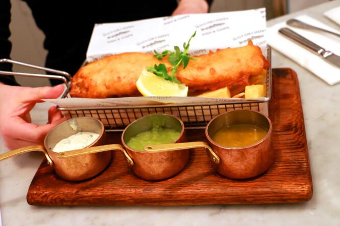 <strong>KLASSIKER:</strong> Mayfair Classic kaller de denne, som i tillegg til fisk og chips har erter og to sauser. Det smaker fortreffelig. Foto: Hanna Sikkeland