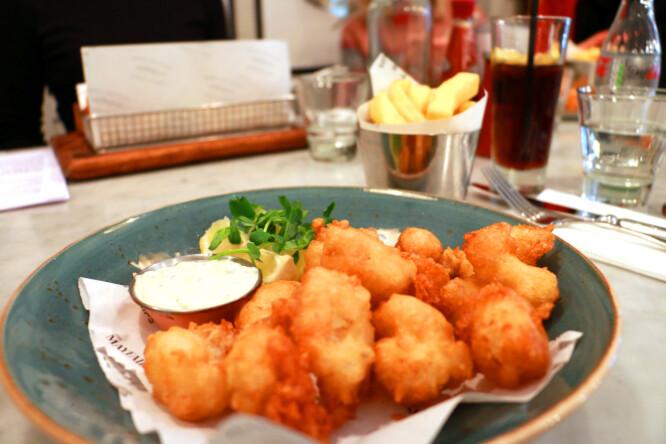 SCAMPI: Friterte scampi og chips, smakte også bra! Foto: Hanna Sikkeland