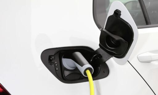 RASK: Du lader batteriet til 80 prosent på 45 minutter med hurtiglader (40 kW). I Vanlig stikkontakt tar det 13 timer og 15 minutter. Foto: VW