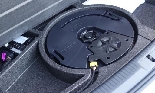 SMUGLERROM OG BASS: Du får plass til noe småtteri under gulvet. Du kan også bestille et fett Dynaudio-stereoanlegg med SUB-kasse. Foto: Rune Nesheim
