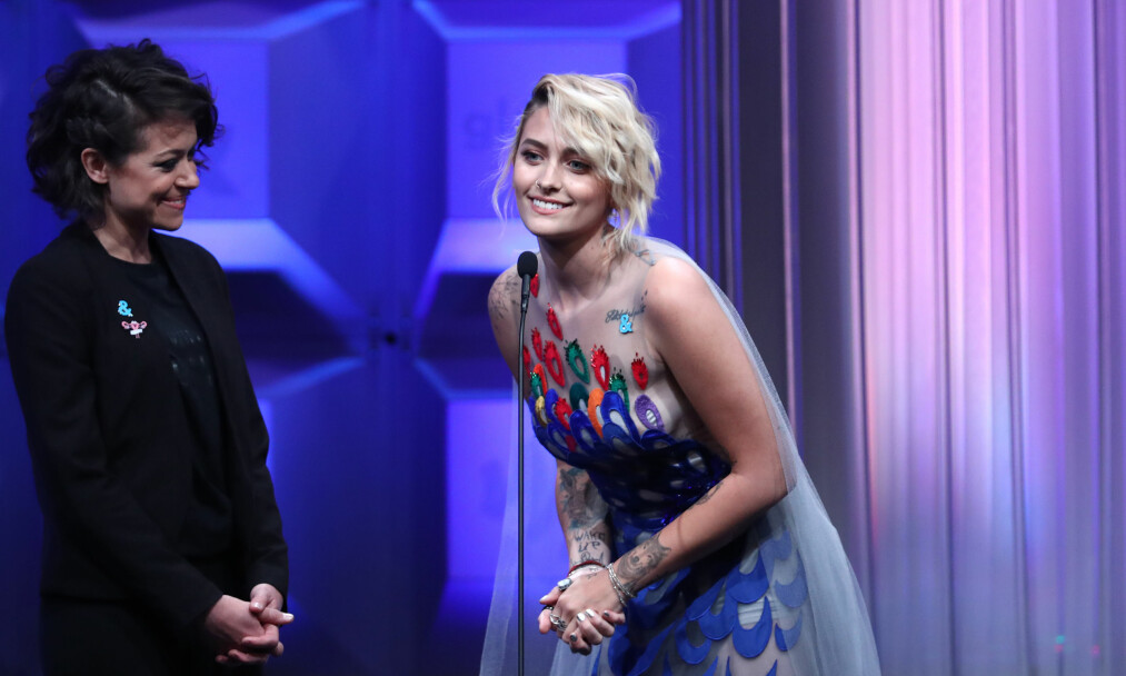 GLAD: Paris Jackson og Tatiana Maslany var i godt humør tidligere denne måneden under GLAAD Media Awards i Los Angeles. Foto: John Salangsang / NTB scanpix