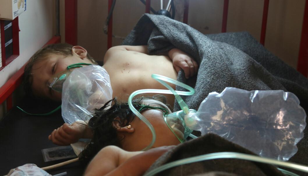 SYRIA: Barn blir behandlet etter et gassangrep i Syria i april. Ifølge Det hvite hus planlegger Syria et nytt gassangrep i landet. Foto: AFP / NTB Scanpix