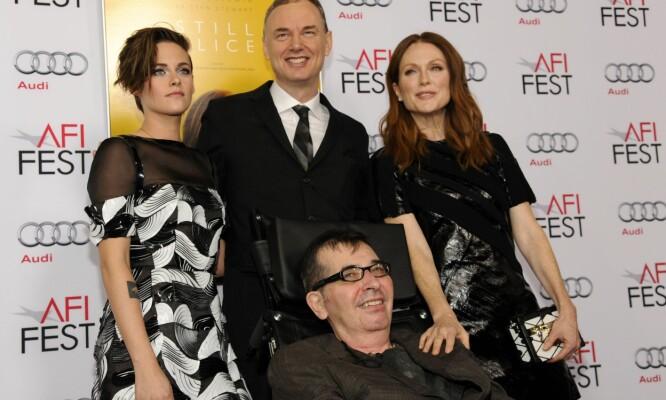 OSCAR-SUKSESS: Filmskaper Richard Glatzer (foran) fikk den endelige ALS-diagnosen i 2013, men lot ikke nervesykdommen hindre ham i å fullføre «Still Alice». Her med Kristen Stewart og Julianne Moore, samt Wash Westmoreland, på en visning av filmen høsten 2014. Foto: AP/ NTB scanpix
