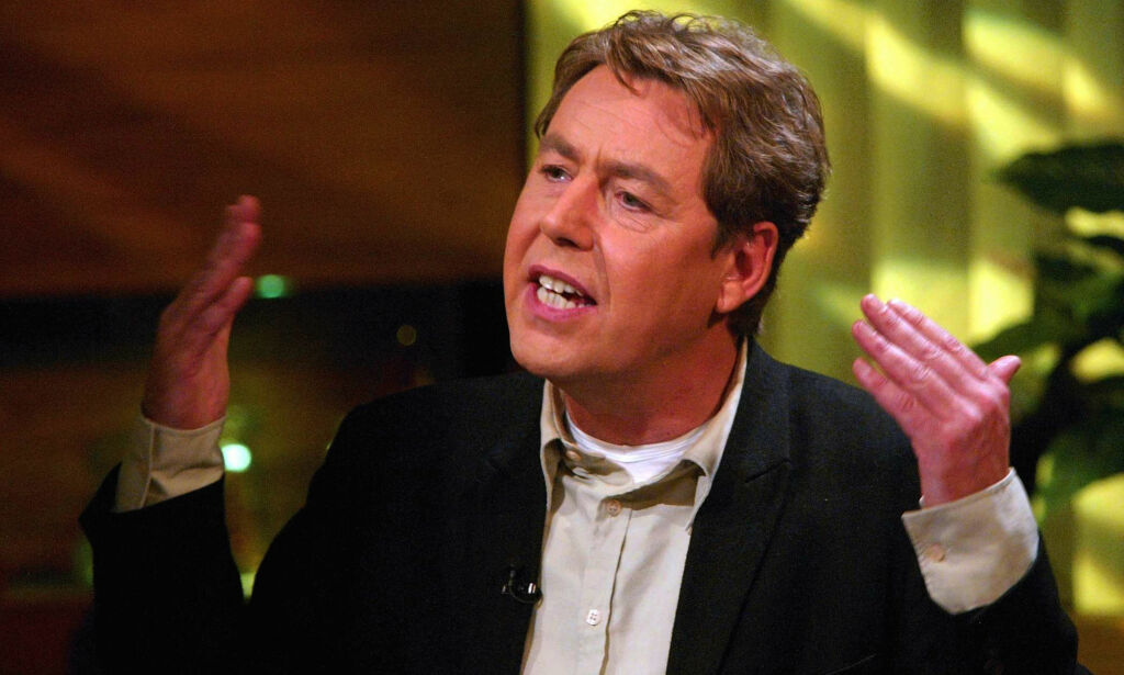"""OSLO 20021031 Otto Jespersen holdt som vanlig sin avslutningsmonolog i fjernsynsprogrammet på TV2, """"Torsdagsklubben"""" på Smuget. Foto: Bjørn Sigurdsøn / SCANPIX"""