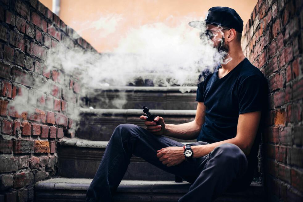 <strong>ULOVLIG:</strong> Vil du dampe e-sigaretter må du holde deg til de samme stedene hvor du kan røyke fra 1. juli. Nå er nemlig damping like strengt regulert som vanlig røyking. Foto: Shutterstock / NTB Scanpix