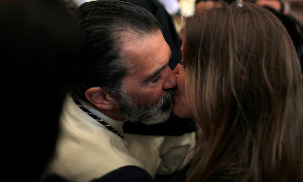 KLINTE TIL: Antonio Banderas (56) kliner til med sin nye kjæreste Nicole Kimpel (37) i en kirke i den spanske byen Malaga. Foto: NTB Scanpix