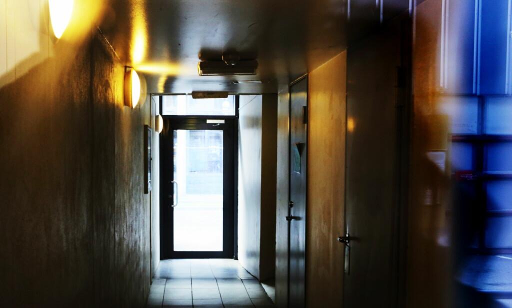 SLO TIL: Funnet av 17-åringen med eksplosiver førte til evakuering og detonering av eksplosivene med en bomberobot. I denne leilighetsblokka i Oslo sentrum slo politiet til mot gutten og brorens leilighet med store styrker lørdag og søndag. Foto: Frank Karlsen / Dagbladet