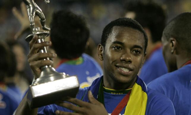 TIL TOPPS: Robinho holder Copa America-trofeet som toppscorer i turneringen. Foto: AP Photo/Natacha Pisarenko/NTB Scanpix