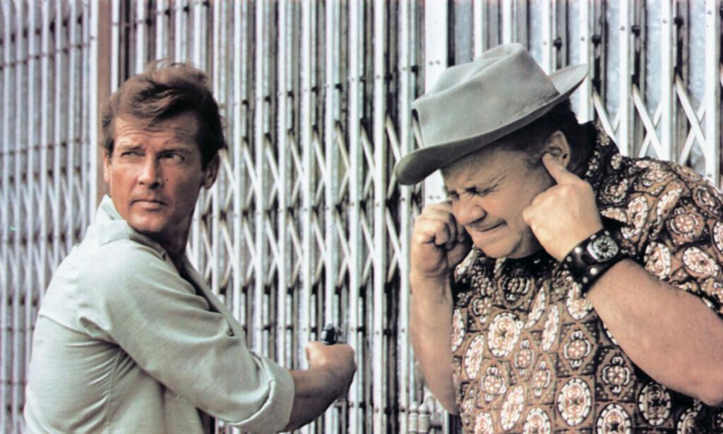 DØD: Clifton James spilte sheriff i to av de mest kjente James Bond-filmene fra 1970-tallet. Her er han sammen med Roger Moore i «The Man with the Golden Gun» fra 1974. Foto: Mary Evans Picture, NTB Scanpix
