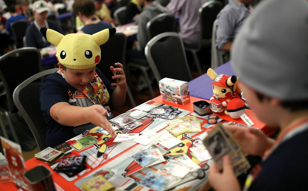 <strong>POPULÆRT:</strong> Pokémon er slettes ikke bare noe du spiller på mobilen – spillet lever fortsatt i beste velgående som både TV-spill og kort. Sistnevnte kan være mye verdt, spesielt om de er forseglet. Her fra Pokémon World Championships i San Fransisco i fjor. Foto: Justin Sullivan / AFP / NTB Scanpix