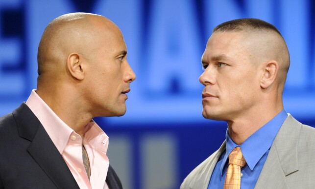 SUPERSTJERNER: Dwayne Johnson begynte sin karriere som proffwrestler. Det var i denne sporten han fikk kallenavnet «The Rock». Her i en «stare down» med wrestlingstjerna John Cena under pressekonferanse for «WrestleMania 27» i New York i 2011. Foto: Evan Agostini / NTB Scanpix