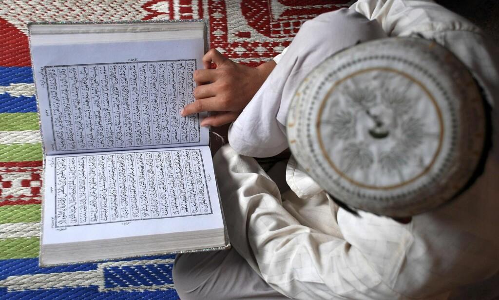 KORANEN: En muslimsk gutt leser Koranen på en religiøs skole i den indiske byen Mathura på første dag av Ramadan. Det er mulig å utvikle en frigjørende fortolkning av Koranen, mener kronikkforfatteren. Foto: K.K. / Reuters / NTB Scanpix