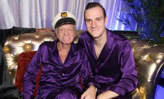 FAR OG SØNN: Hugh og Cooper Hefner er her avbildet under den årlige Midsummer Night's Dream Party i Playboy Mansion for to år siden. Foto: Christopher Polk / Getty Images / AFP / NTB Scanpix