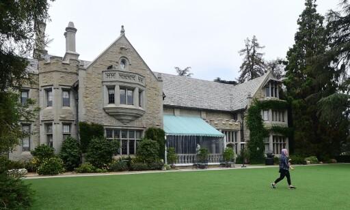 PLAYBOY MANSION: Det berømte herskapshuset Playboy Mansion i Los Angeles hvor Hugh Hefner bodde. Foto: AFP PHOTO / FREDERIC J. BROWN
