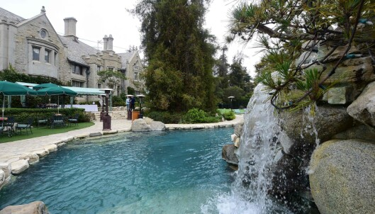 LEKEGRIND: Playboy Mansion har blant annet et svømmebassenget hvor man svømmer gjennom en foss for å komme inn i «The Grotto». Den kunstige grotta inneholder blant annet flere små avdelte boblebad. Foto: NTB Scanpix