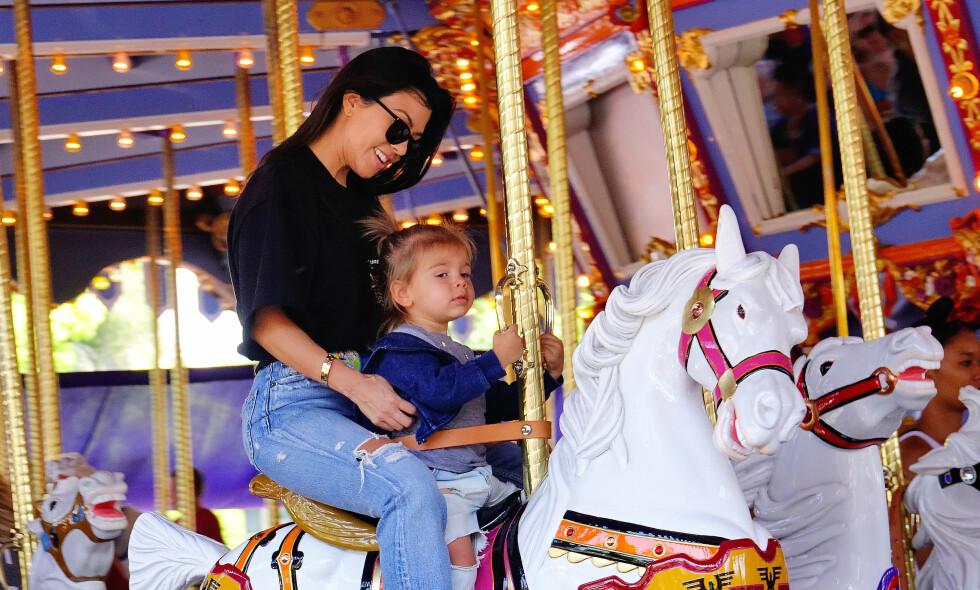 STOLT MAMMA: Kourtney Kardashian så ut til å storkose seg med familien i Disneyland. Foto: NTB Scanpix