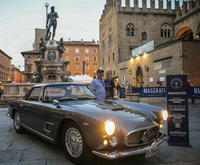 <strong>«SNARTUR HJEMOM»:</strong> Sommeren 2014 kjørte Mads Erle Thomassen og samboeren Aarid sin Maserati 3500GT tilbake til Italia. Her er paret foran Bolognas berømte Neptun-fontene, som Maserati har lånt logoen fra. Foto: Privat