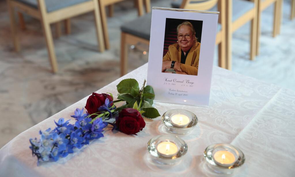 SISTE FARVEL: Fredag ble Knut Borge bisatt i Haslum krematorium. Foto: NTB Scanpix