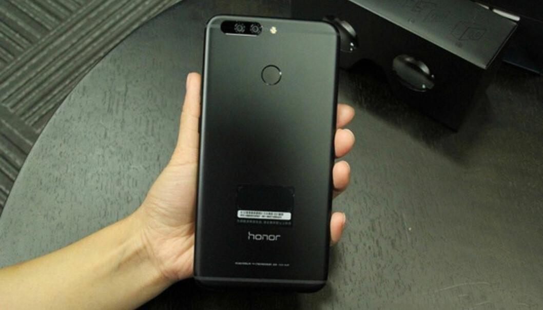 MEN HVA MED SKJERMEN? Det lekkede bildet viser bare telefonens bakside. Der kan vi i det minste se at de har en midtstilt fingeravtrykksensor – noe Samsung ikke klarte å få ordnet til sin S8-telefon. Foto: Weibo-bruker (via GizChina)