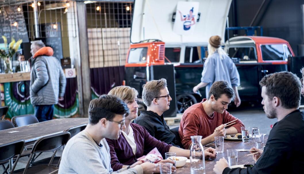 LAVTERSKEL: Det er enkelt innredet og mange langbord har plass til store vennegjenger. Og her kan alle finne noe de har lyst på.