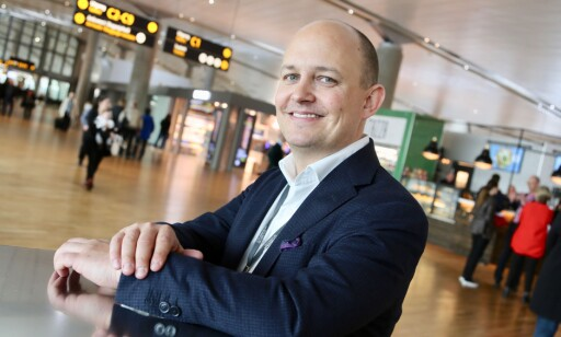 - BEREGN GOD TID: Joachim Westher Andersen ved Oslo Lufthavn ambefaler reisende å beregne ekstra god tid til innsjekk, spesialbagasje og sikkerhetskontroll. Foto: Avinor