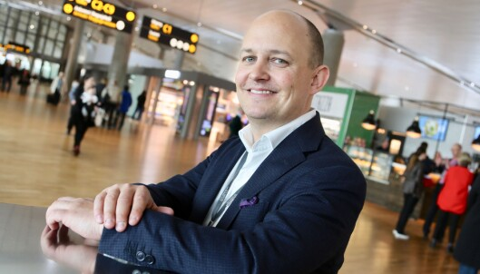 <strong>- BEREGN GOD TID:</strong> Joachim Westher Andersen ved Oslo Lufthavn ambefaler reisende å beregne ekstra god tid til innsjekk, spesialbagasje og sikkerhetskontroll. Foto: Avinor