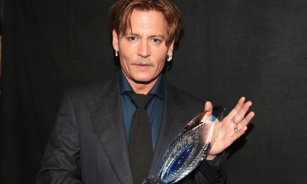 <strong>MIDT I SØKSMÅL:</strong> Skuespiller Johnny Depp står midt i et søksmål fra forretningsteamet sitt. Der anklages han for å ha sløst bort millioner av kroner. Her er han avbildet på People's Choice Awards i januar, der han mottok prisen Favorite Movie Icon Award. Foto: Christopher Polk/Getty Images/ NTB scanpix