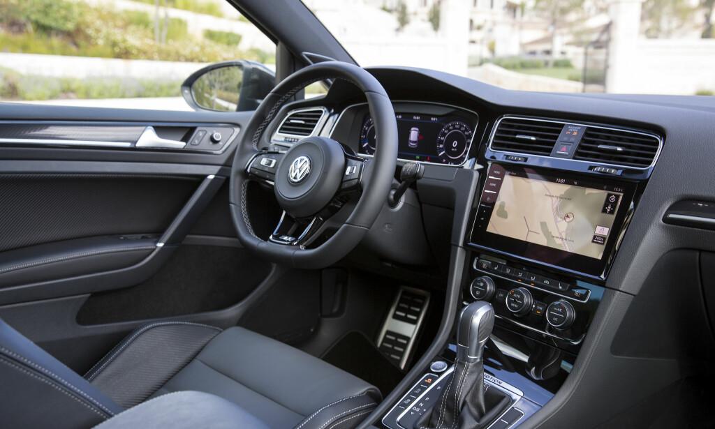 TO SKJERMER: Golf R kan bestilles med det digiale instrumentpanelet Active Info Display. Testbilene harDiscover Pro stereosystem med 9,2-tommers skjem. Foto: VW