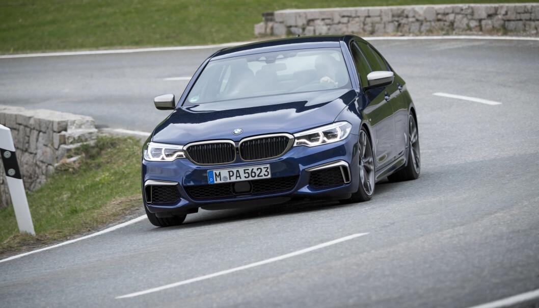 <strong>BMW RUSTER OPP:</strong> Mer muskler må til for å forsvare posisjonen. Produsenten fra München har via sin eminente M-divisjon valgt ulike løsninger for sine toppversjoner med diesel (M550d) og bensin (M550i)-versjoner. Dieselutgaven får turboladet rekkesekser utstyrt med hele fire turboladere, mens M550i får en potent V8-motor med to twin-scroll turboer. 0-100-tider på under fem sekunder blir det uansett. Foto: BMW