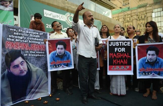 PROTESTER: Pakistanere demonstrerer mot drapet på journaliststudenten Mashal Khan i Karachi for noen dager siden. 17. april arresterte politiet 22 personer som er mistenkt for å ha deltatt i lynsjingen av Khan fordi han ble anklaget for å ytre seg blasfemisk. Foto: Rizwan Tabassum / AFP / NTB Scanpix