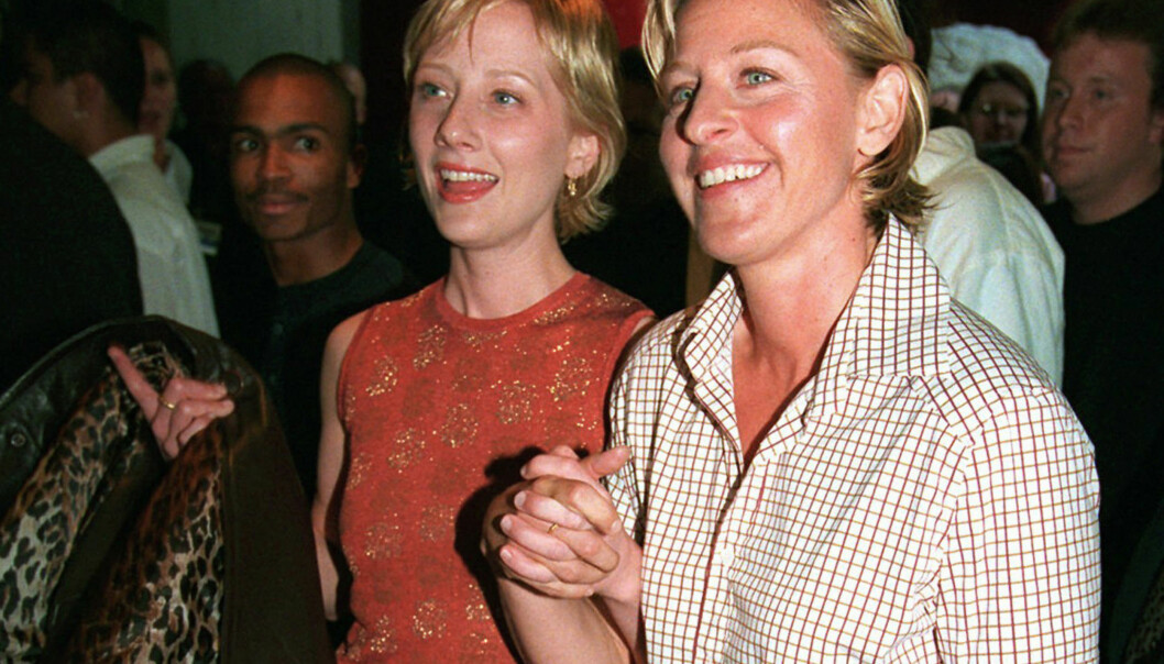 JUBILEUM: I juni 1997, bare måneder etter at Ellen DeGeneres sto fram som lesbisk på tv, møter skuespiller Anne Heche (t.v.) og Ellen DeGeneres (t.h.) opp sammen til premieren på filmen «Face/Off». Foto: NTB scanpix / AP Photo/Chris Pizzello, File