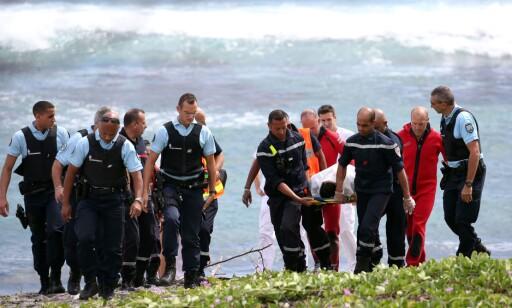FRAKTES BORT: Helsearbeidere forsøkte å berge livet til mannen, men lyktes ikke. Foto:  Richard BOUHET/ AFP / Scanpix