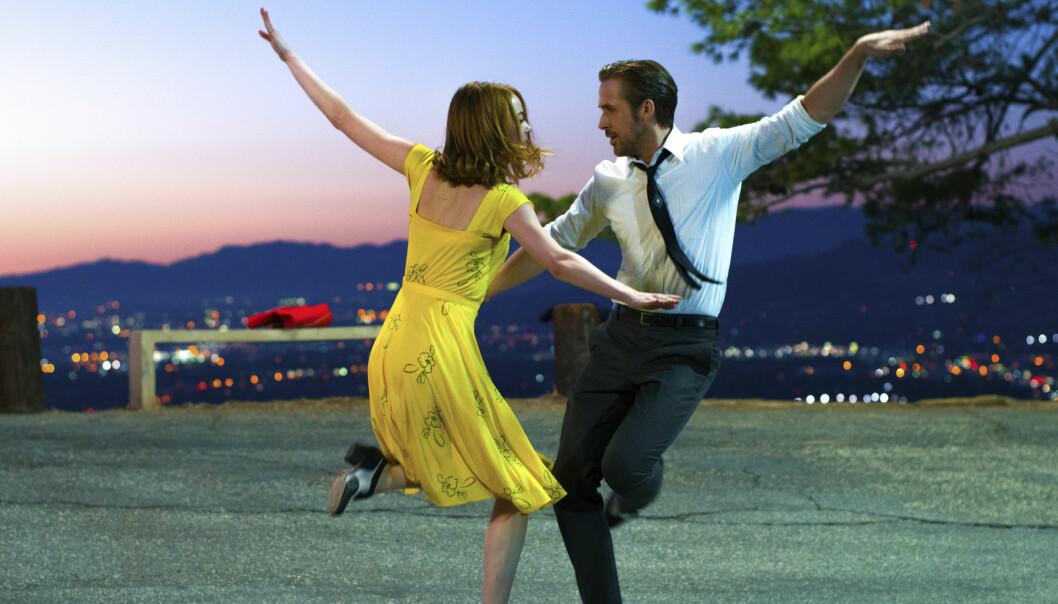 SUKESSFILM: I den romantiske komedien «La La Land» spiller forelsker Emma Stone seg i Hollywood-kjekkasen Ryan Gosling. Filmen var nominert til 14 Oscar og vant seks. Foto: NTB Scanpix.