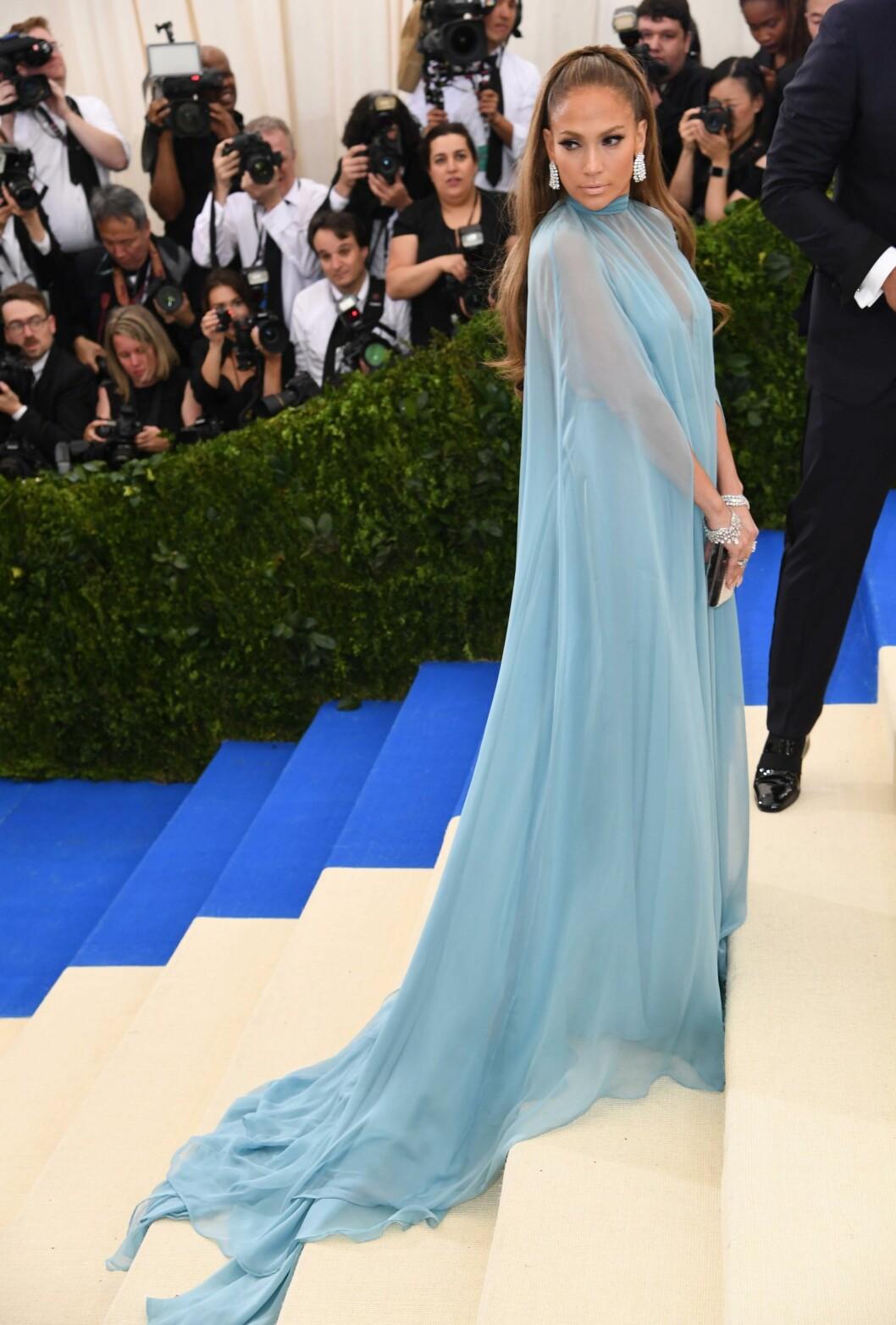 <strong>HOT I BLÅTT:</strong> Jennifer Lopez fikk mange beundrende blikk da hun ankom MET-gallaen. Foto: NTB Scanpix