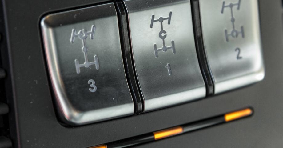 UNIKT: Ikke mange standardbiler kan by på full sperring av hele drivverket. Her aktiverer du først senterdifferensialen som sørger for lik drift forover og bakover, deretter sperring av bakakselen, og til slutt sperring av forakselen. Foto: Jamieson Pothecary