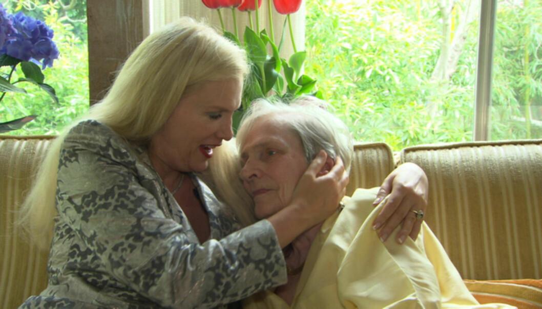 RASER: Gunilla Persson er ikke spesielt fornøyd med at svenske myndigheter nå krever at hun må bevise at hennes 91 år gamle mor lever. Moren er for tiden skadd som følge av brannen i familiens Los Angeles-hjem. Foto: TV3