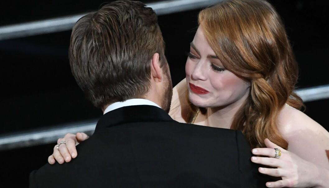 SOSIAL ANGST: Emma Stone er en av verdens mest populære kvinnelige skuespillere. Her er hun sammen med Ryan Gosling under årets Oscar-utdeling i Los Angeles. Foto: NTB Scanpix